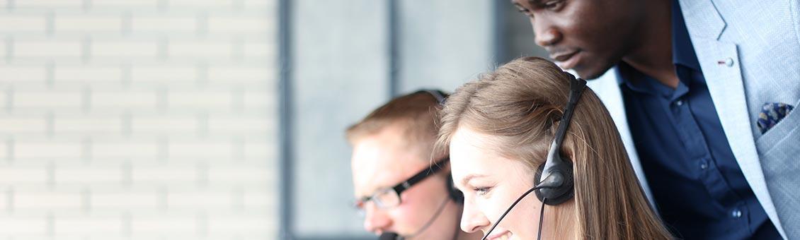 Un responsable de service client travaillant avec ses collaborateurs