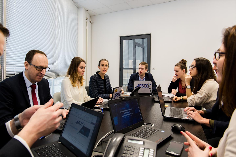 Une réunion des ingénieurs test et validation - Blog Digitalcook
