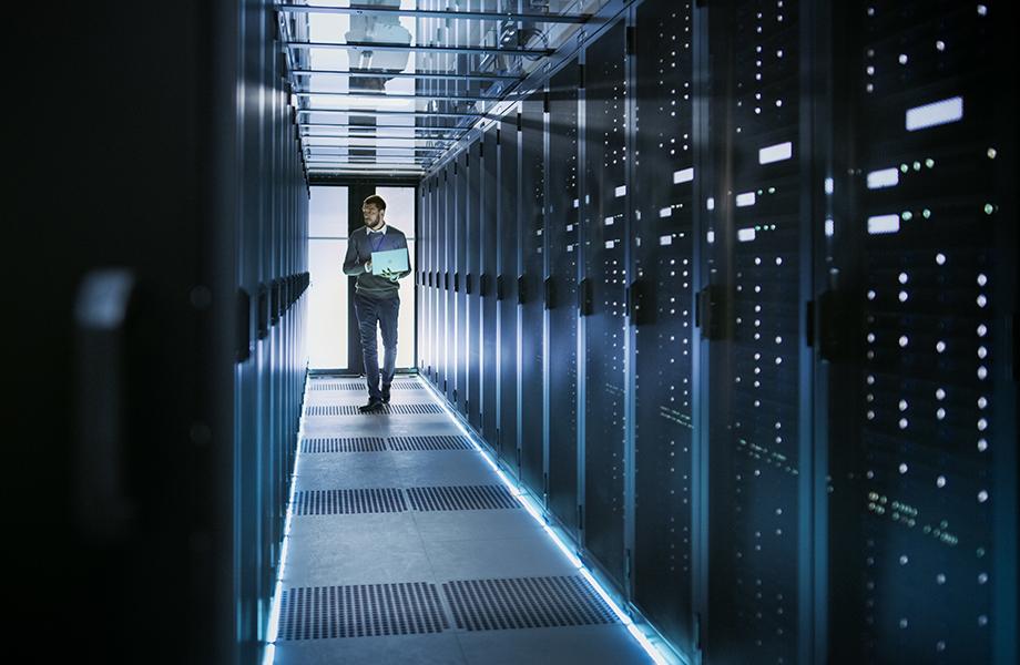 Un architecte réseau contrôlant les serveurs
