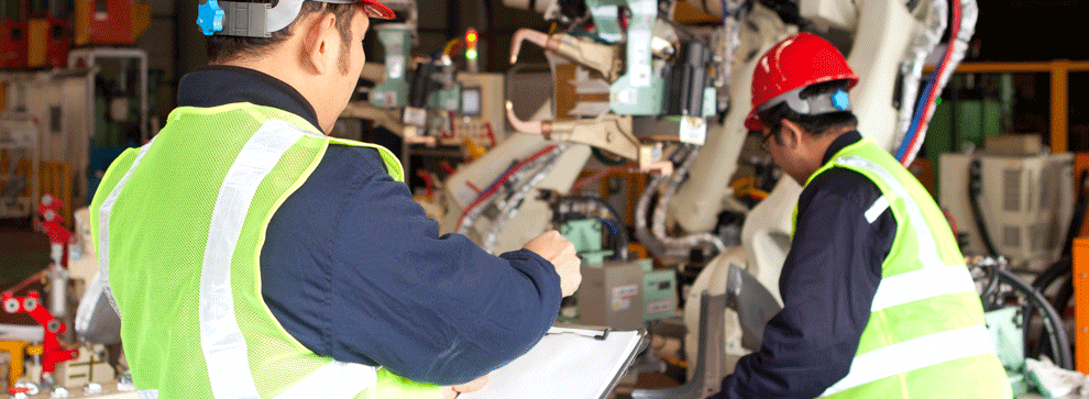 Un technicien de maintenance itinérant en train de réparer un serveur