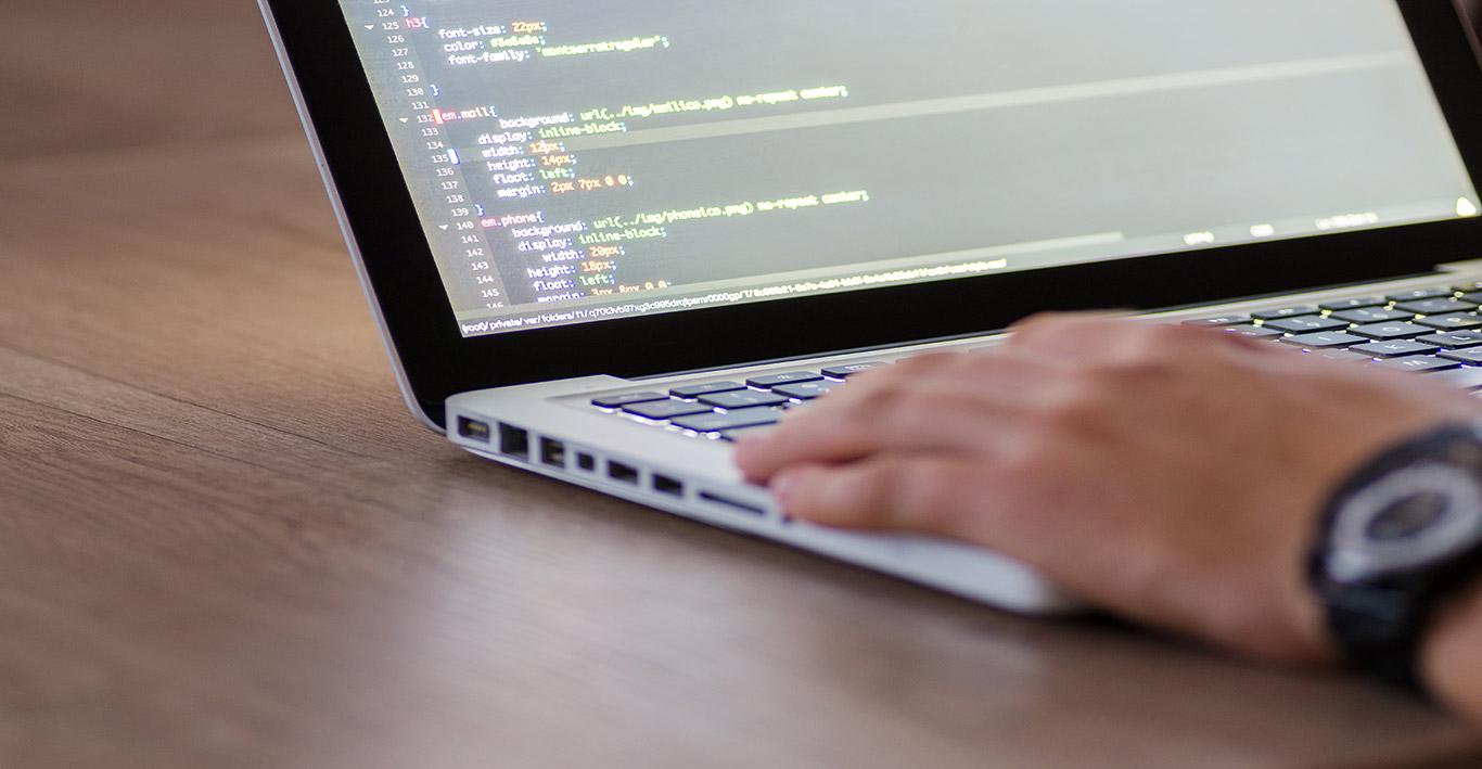 Un ingénieur système Linux en train de travailler sur son laptop