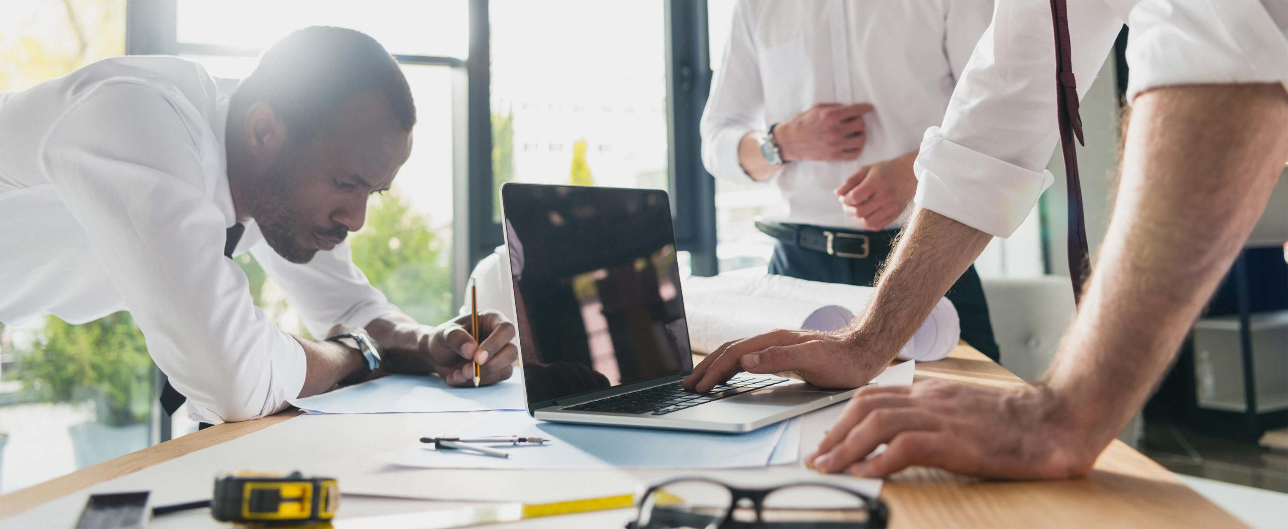3 jeunes ingénieurs lean management travaillant au bureau