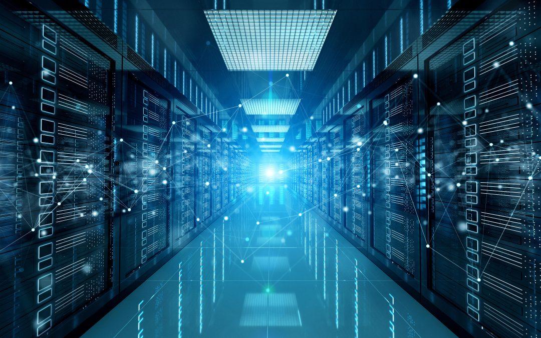 Un technicien d'infogérance dans une chambre de serveur informatique
