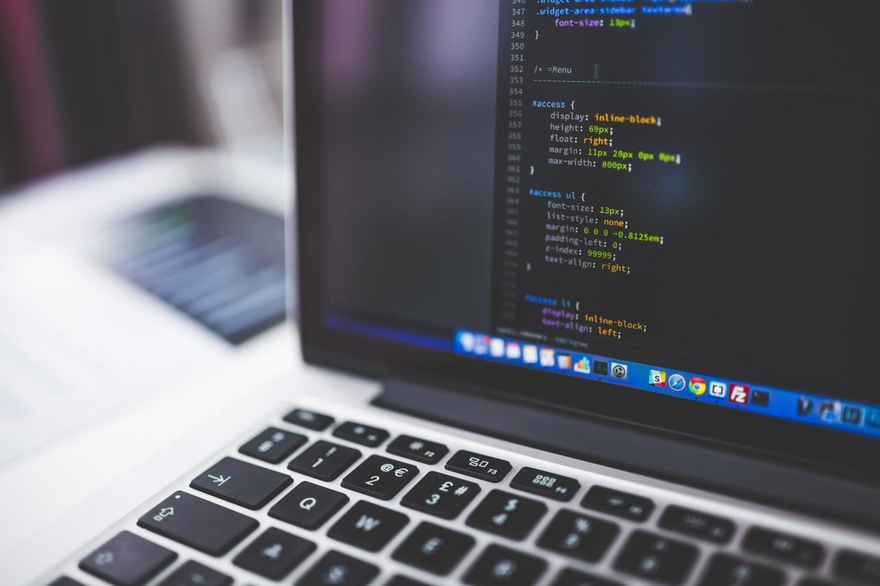 Un PC affichant un programme informatique en anglais