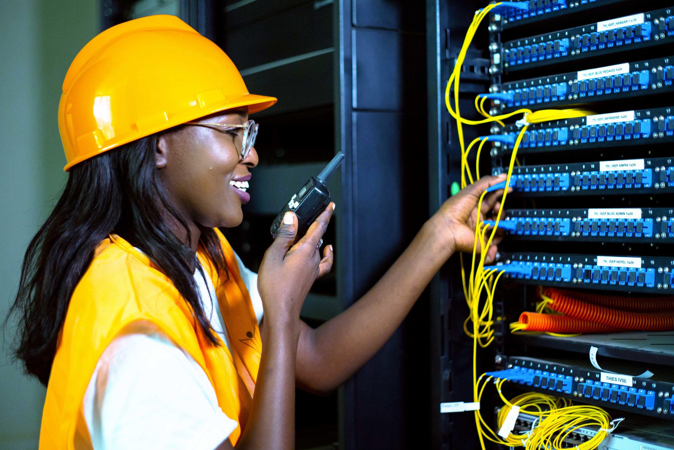 Une jeune technicienne réseau