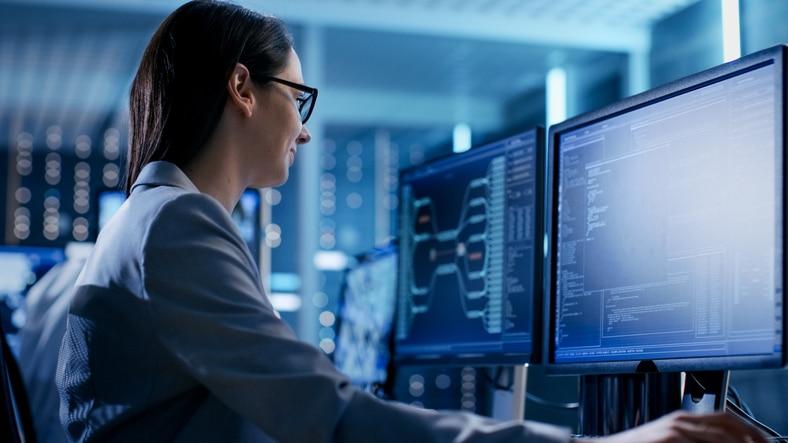 Une jeune Leader technique informatique face à son PC