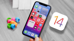 Une main tenant un IPhone avec iOS 14