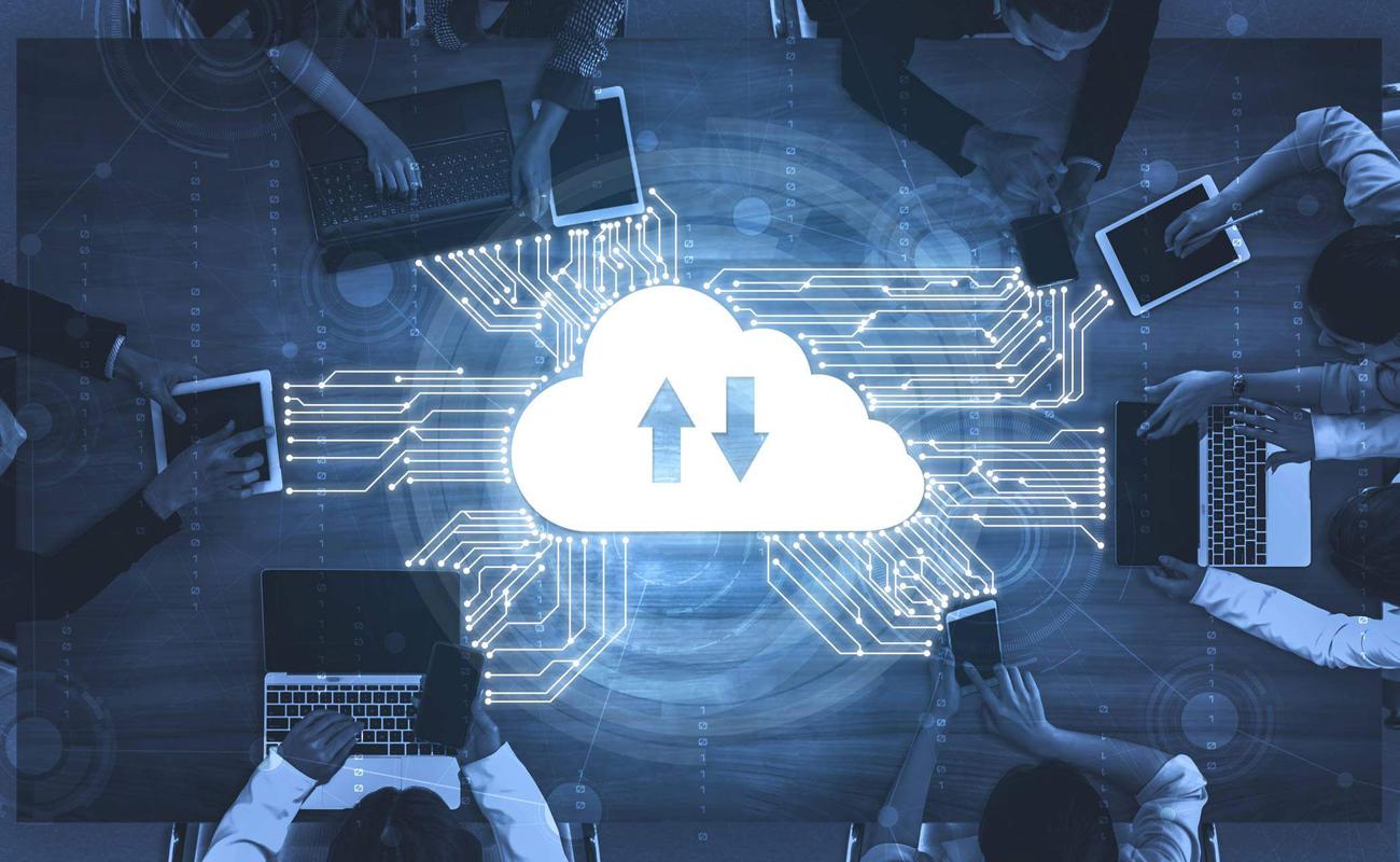 Des développeurs en train de travailler avec une image de Cloud au milieu de la table
