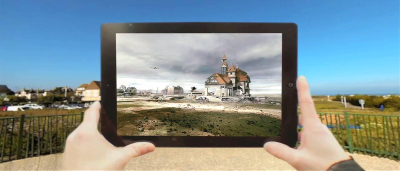 Un homme utilisant une application de réalité augmentée en tourisme sur une tablette