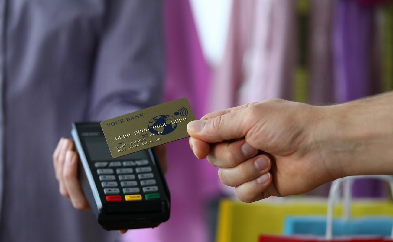 Une main tenant une carte bancaire sans contact