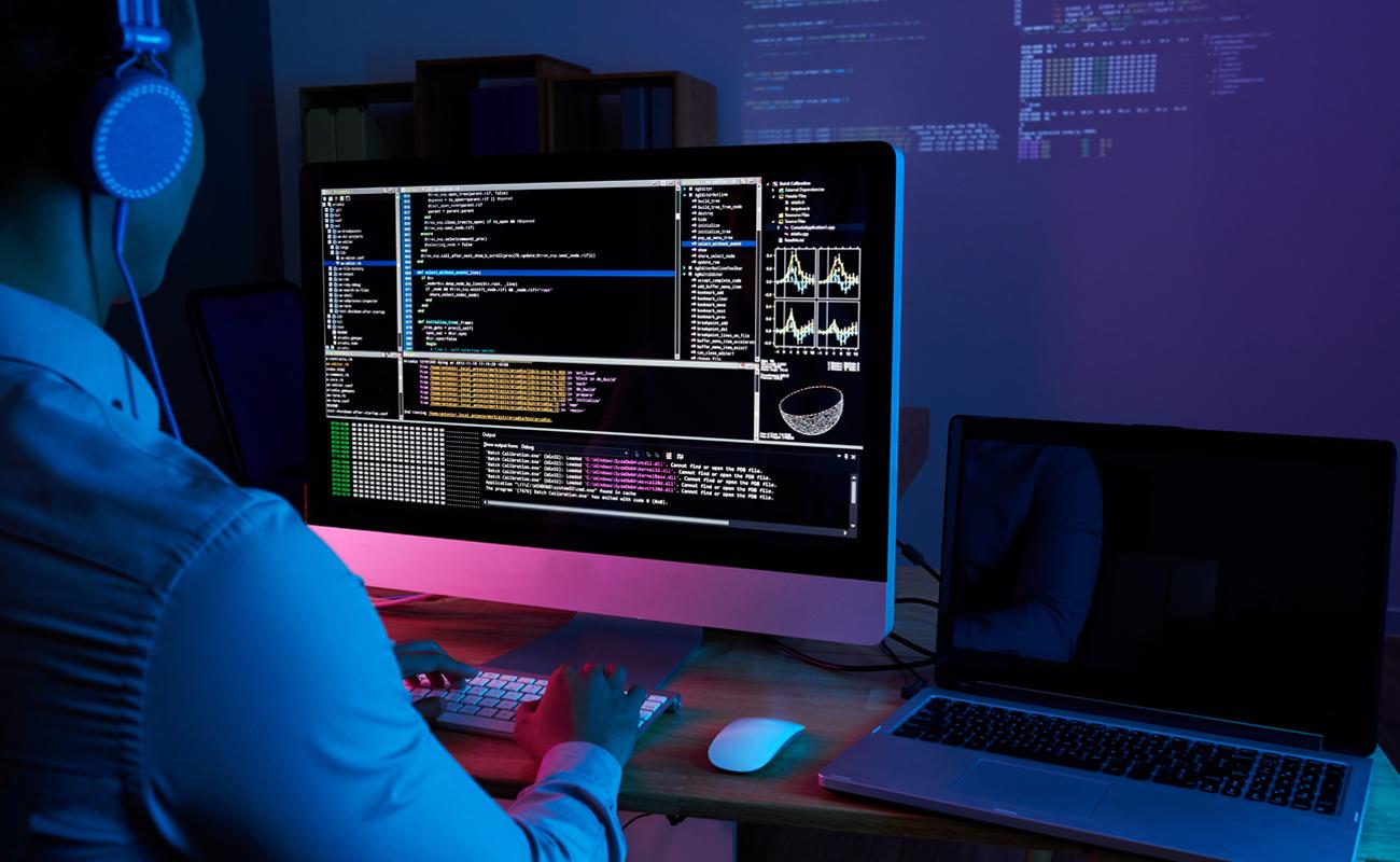 Un développeur web en train de travailler