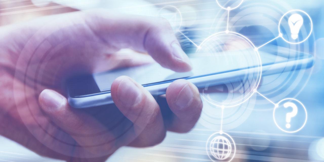 Biométrie comportementale: un homme qui utilise son smartphone